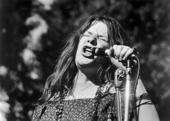 Janis Joplin em concerto entre 1966 e 1970 A imagem retrata a intensidade da sua voz e do fervor de cantores de blues