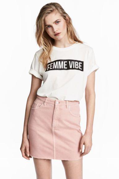 48db4a063 Camiseta con motivo estampado en 2019   ropalinda   Jeans rosa ...