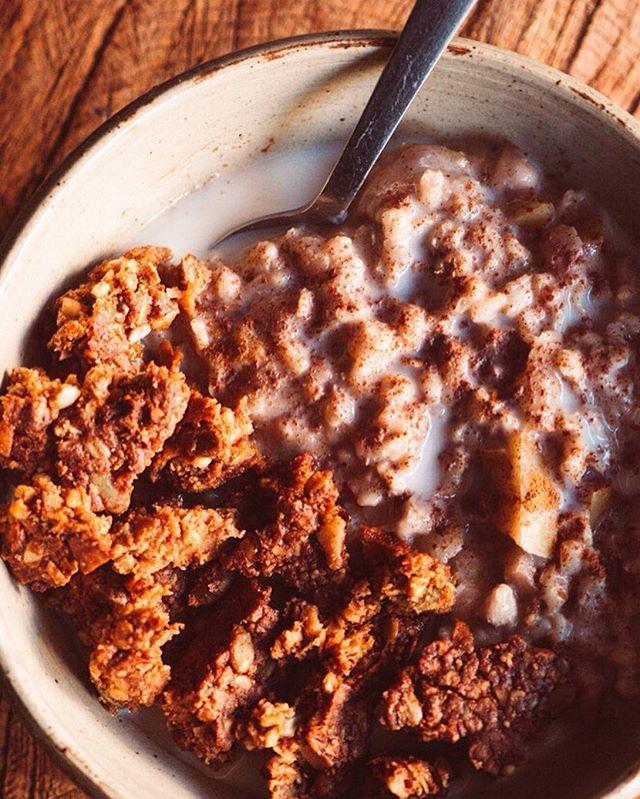 [Recipe below] Instant Pot Cinnamon Apple Oatmeal + Bee