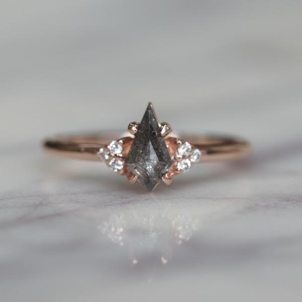 .69 ct Black Speckled Kite Petite Quinn Engagement Ring, 14ct Rose Gold – Gwendoline Rings – Schmuck – Ringe