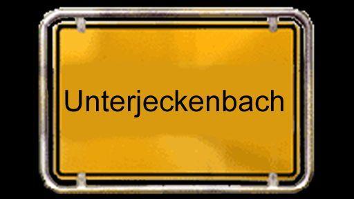 """Dem Jeckenbach hat das Dorf seinen Namen zu verdanken. Der schlängelt sich verschlungen und unbändig durch das Tal und früher bezeichneten die Menschen ihn als """"jeck"""". Ein wenig jeck sind auch Michael und Jürgen, denn sie schrauben in jeder freien Minute an alten Fiats herum."""