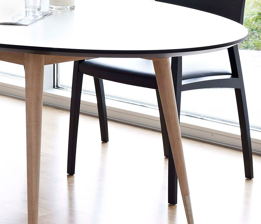 32 Stylish Dining Room Ideas To Impress Your Dinner Guests: Retro Oval Dining Table
