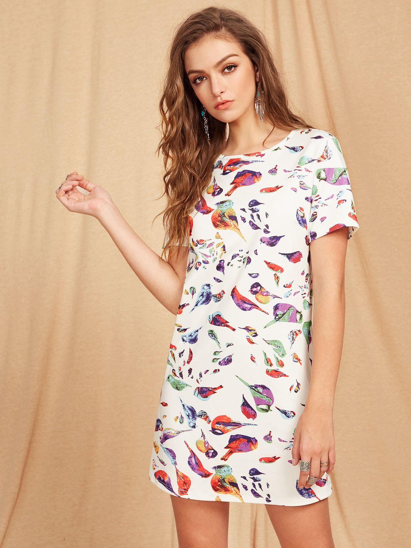 96663b5f12a16 ¡Consigue este tipo de vestido informal de SheIn ahora! Haz clic para ver  los detalles. Envíos gratis a toda España. Allover Bird Print Tunic Dress   White ...