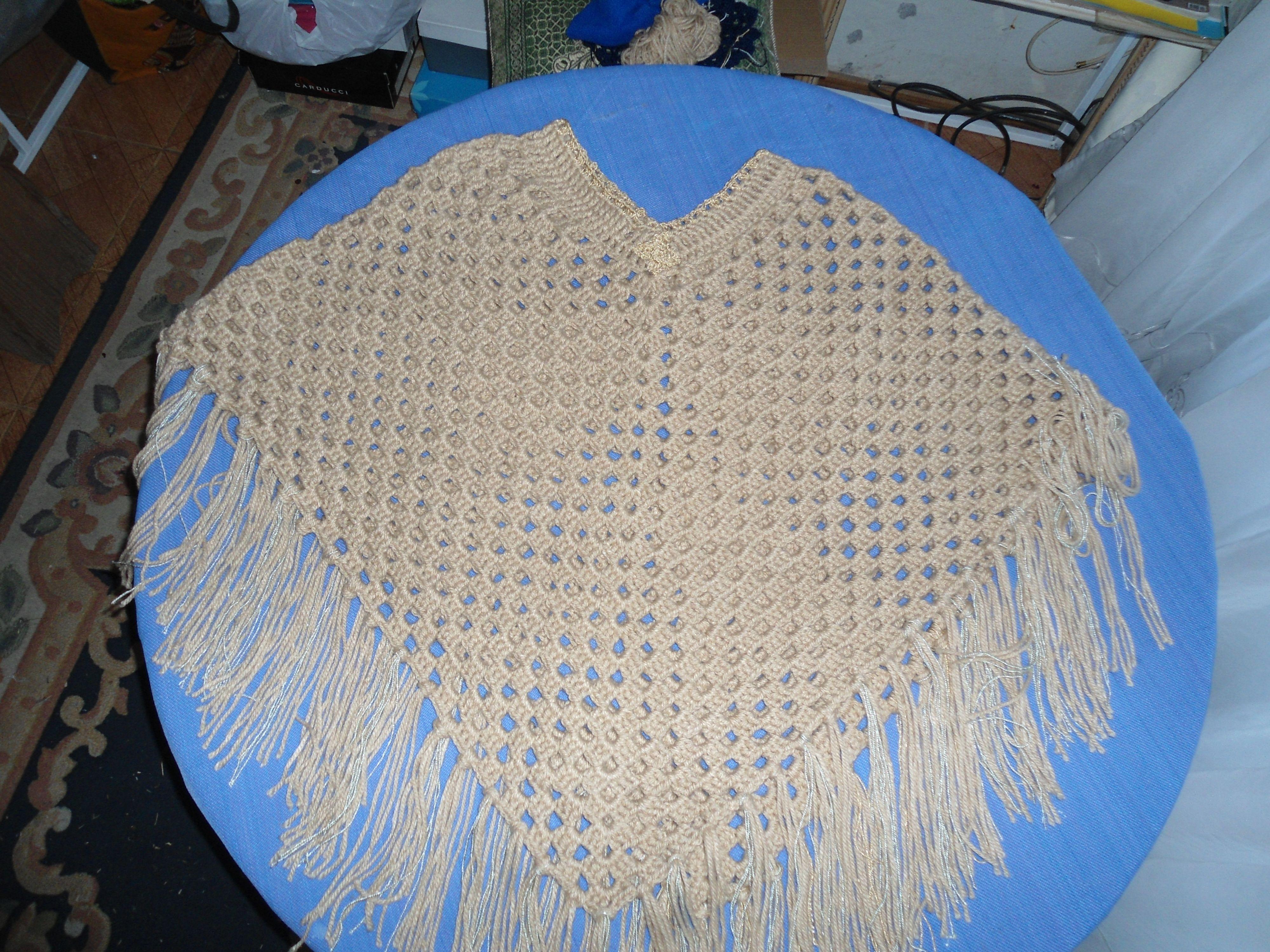 Manta en lana con punto alto y cuello en hilo.