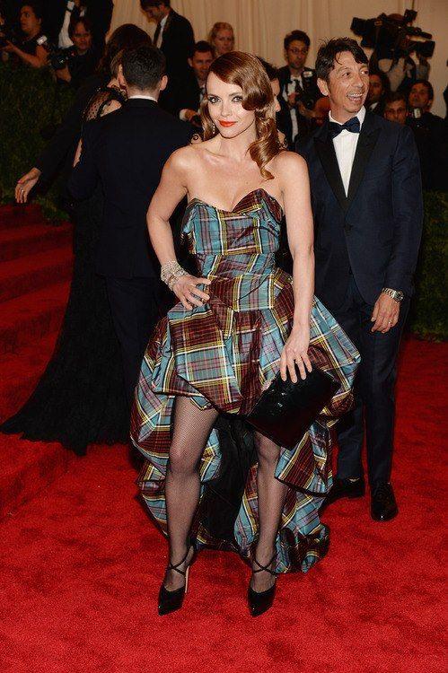Christina Ricci en la  #RedCarpet de #MetGala con un Vivienne Westwood #couture #VW