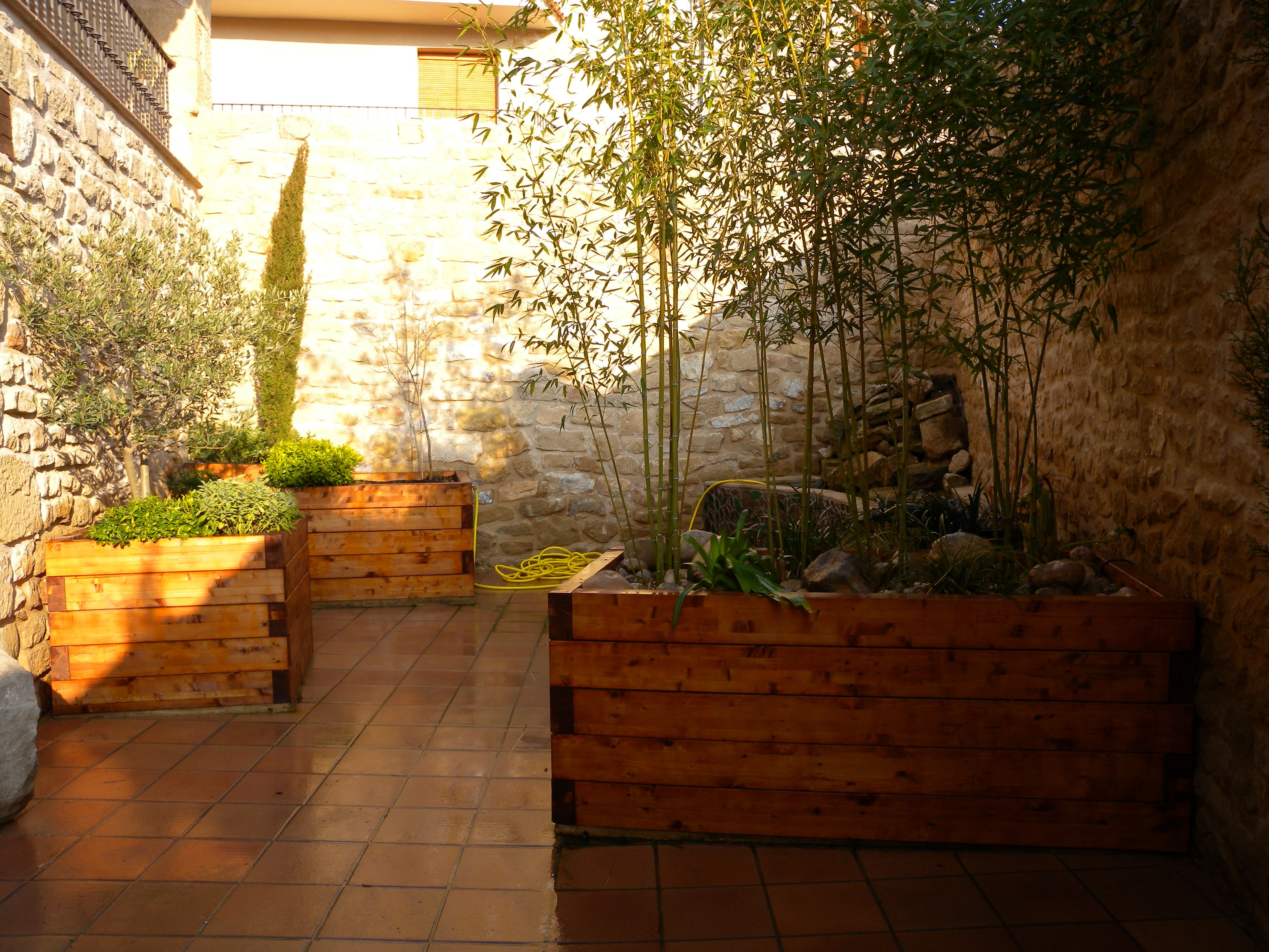 Patio interior con jardineras de madera  Jardineras