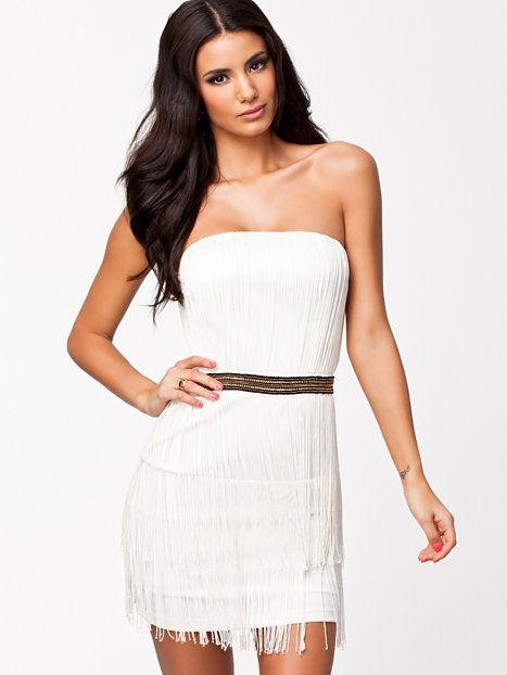Nellyn valkoinen mekko kääntää varmasti kaikki katseet juhlissa, haluatko olla huomion keskipiste tanssilattialla? Uskalla pukeutua valkoiseen!