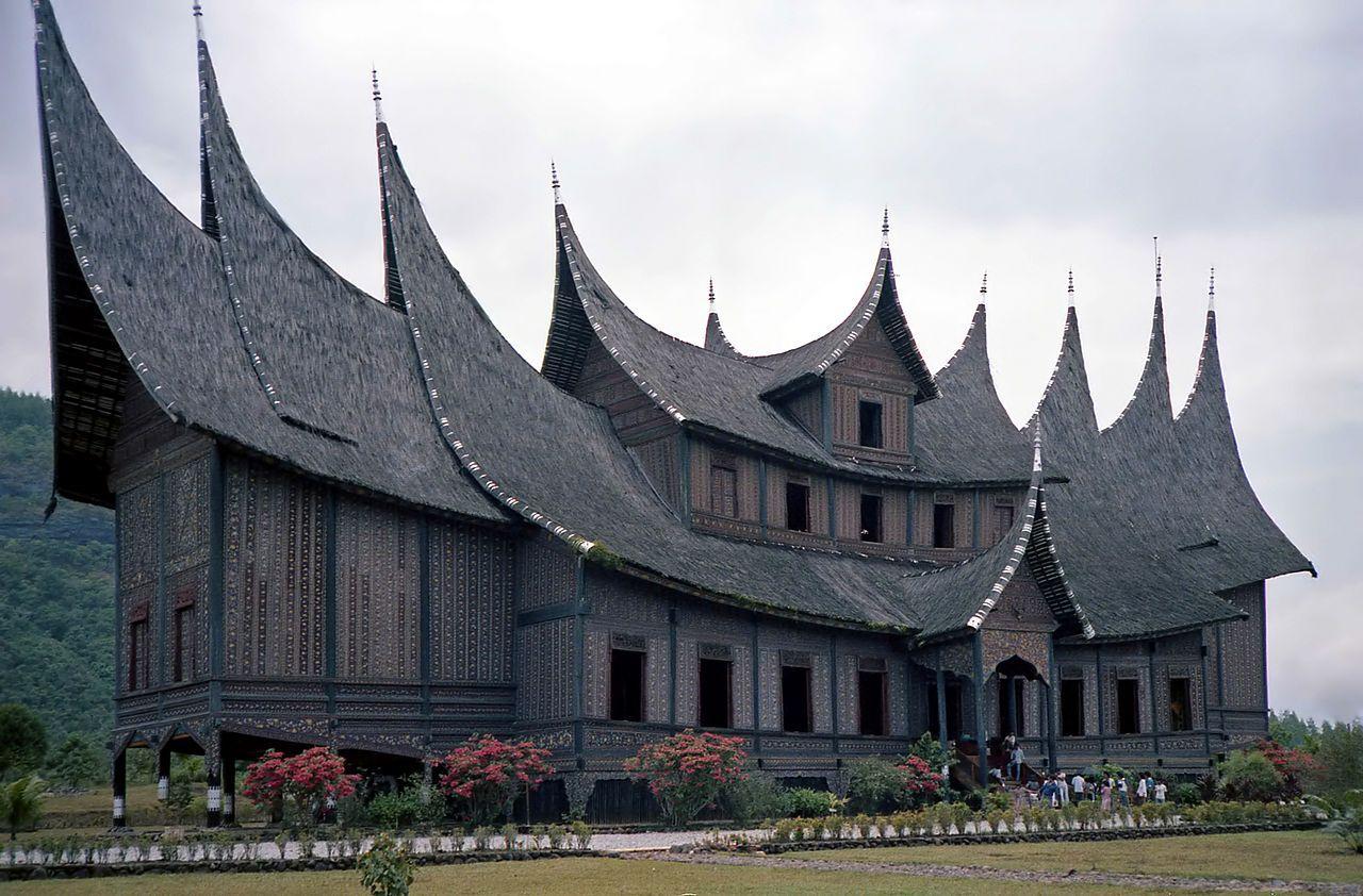 An amazing roof over a longhouse | Architektur und Häuschen