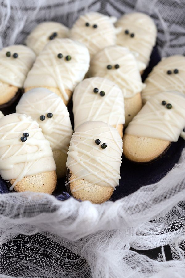 Easy Mummy Milanos - a super quick and fun Halloween treat #recipe #ghost #halloween