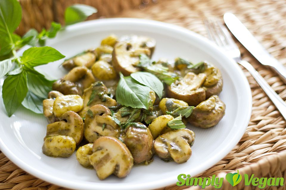 gnocchi mit champignons in basilikumpesto mit rosmarin rezept unter simply vegane. Black Bedroom Furniture Sets. Home Design Ideas