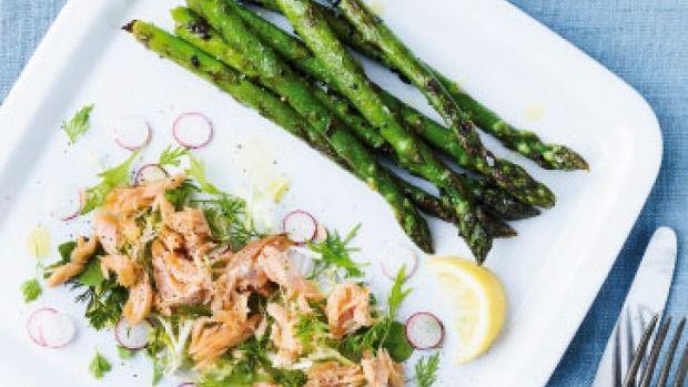 Grillede asparges med varmrøget laks | Femina