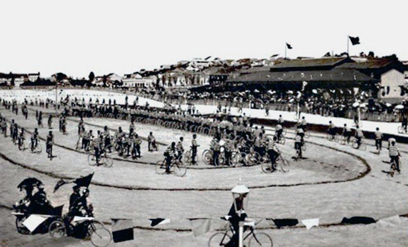 Porto Alegre Vista geral da parte interna do Velódromo em 1900 (acervo  Ronaldo Fotografia). | Cidade de porto alegre, Porto alegre, Cidade