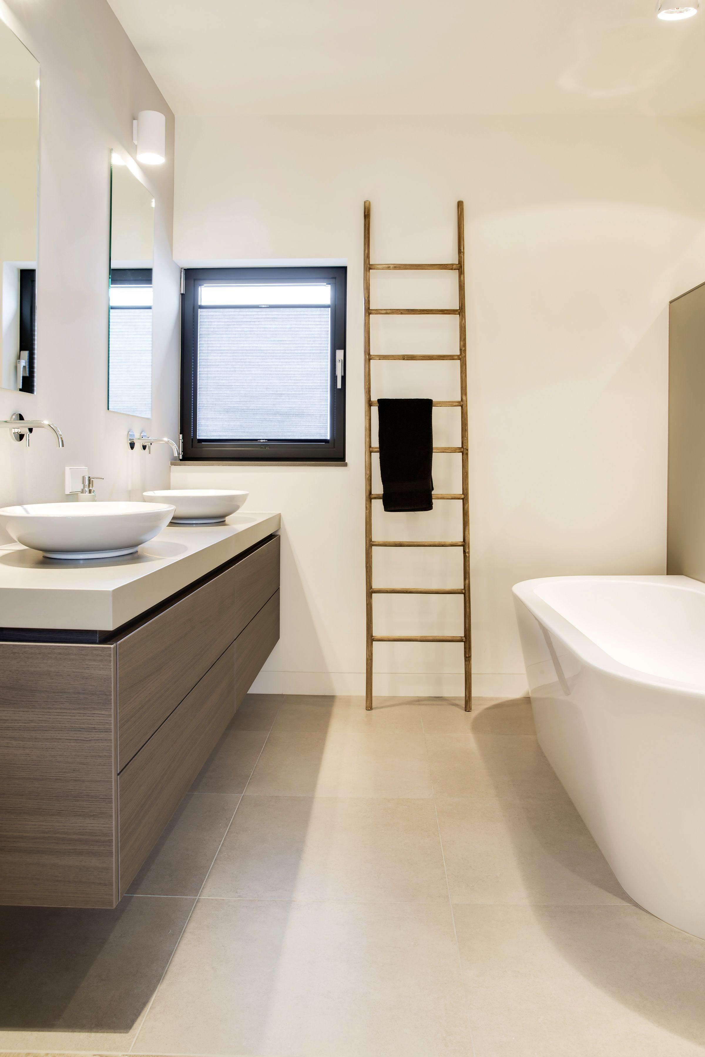 stijlvolle badkamer met duettevan zonnelux foto denise keus