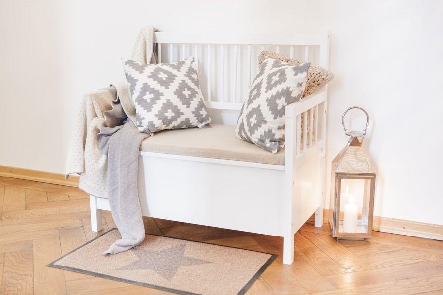 eine bank im flur ist das reinste multitalent sie sieht nicht nur entz ckend aus sondern. Black Bedroom Furniture Sets. Home Design Ideas