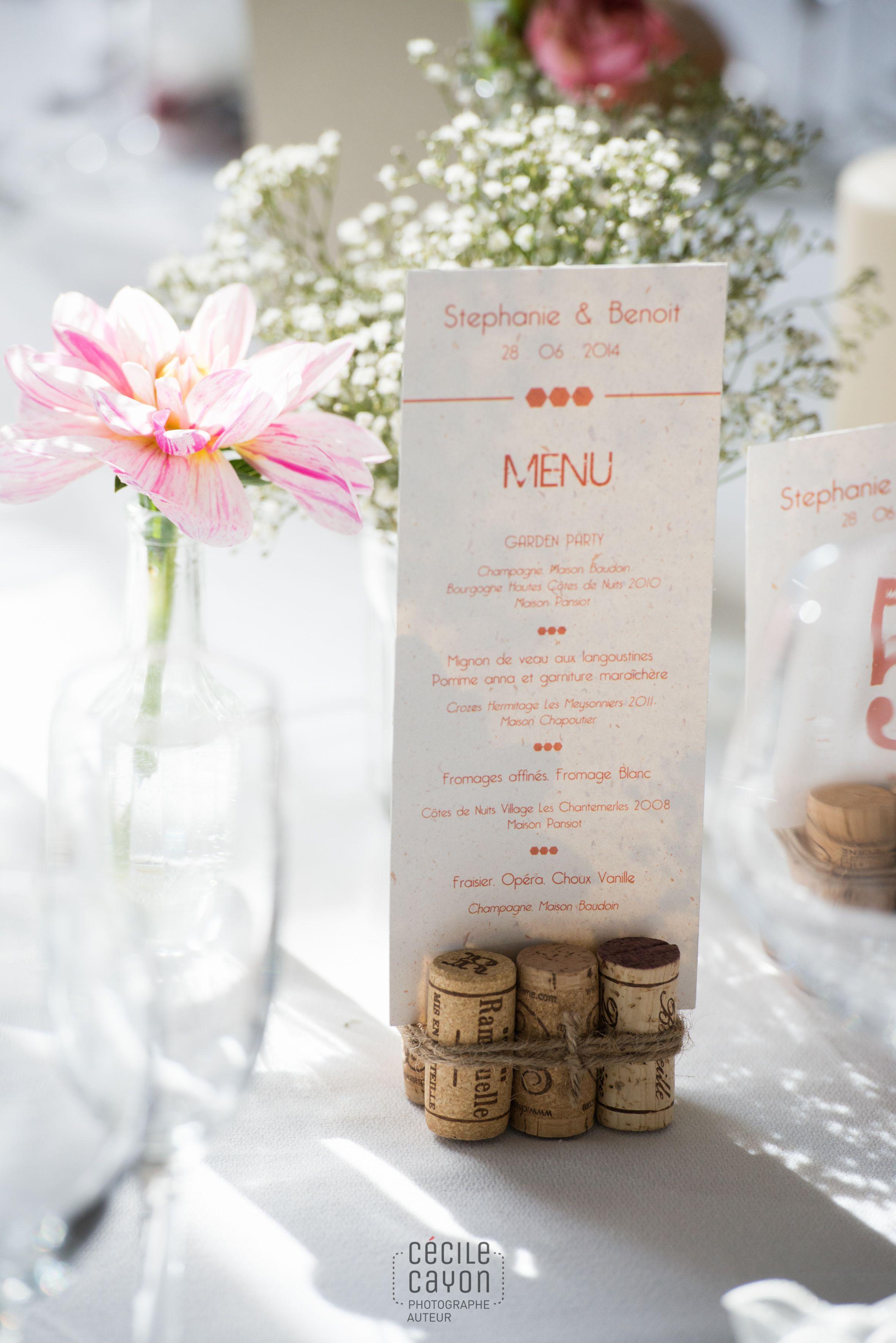 Superbe Idée de porte menu avec des bouchons en liège | MENU | Wedding @CU_49