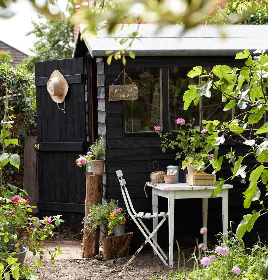 cabane jardin peinte en noir, excellente idée !   Favorite Places ...