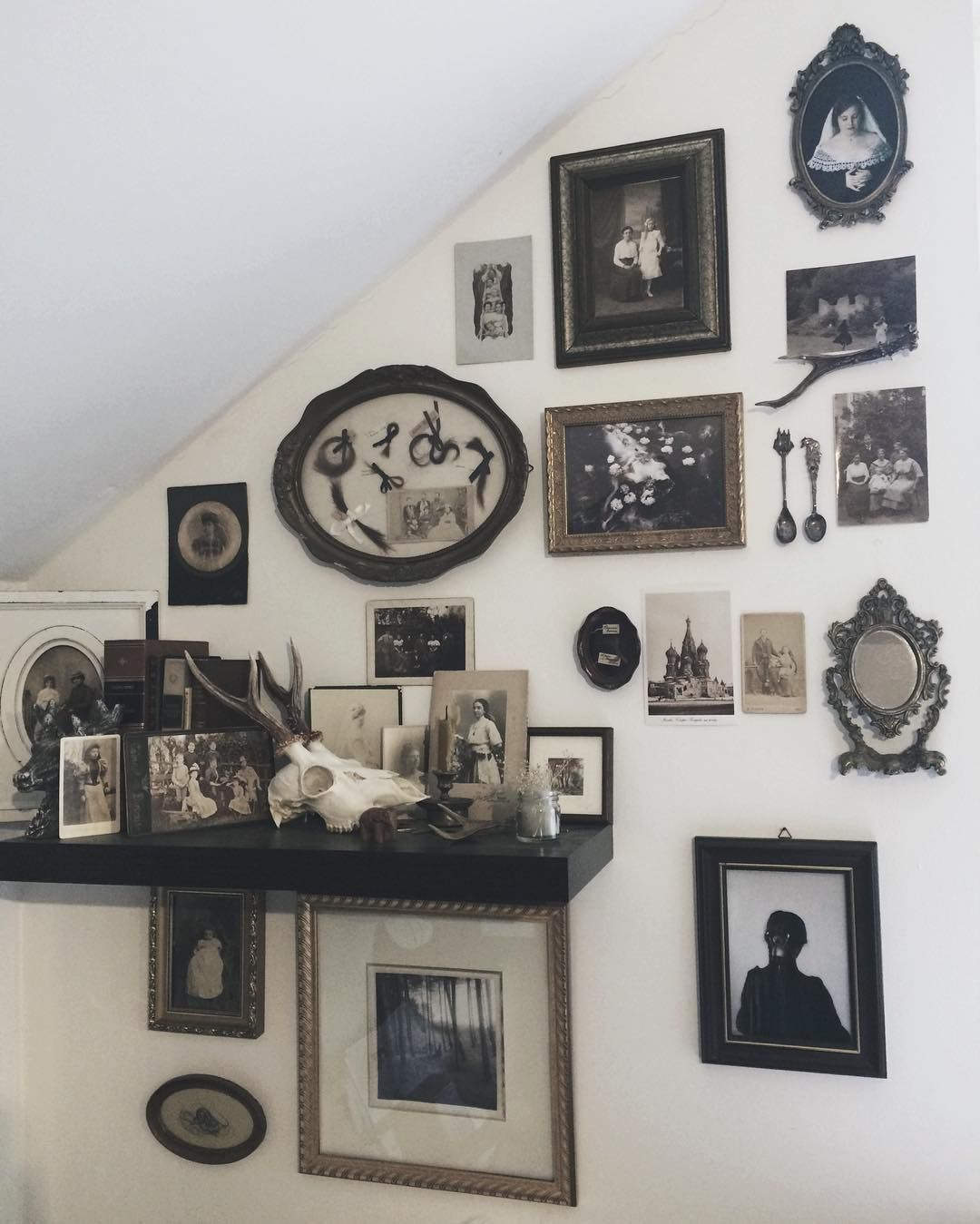 2,027 Me gusta, 25 comentarios - Olesya Parfenyuk (@schwarzkopfnonne) en Instagram: Reorganizing. Finally found a fitting frame for @nonalimmen's beautiful work and for my 'Zöpfe'… #dunkleinnenräume