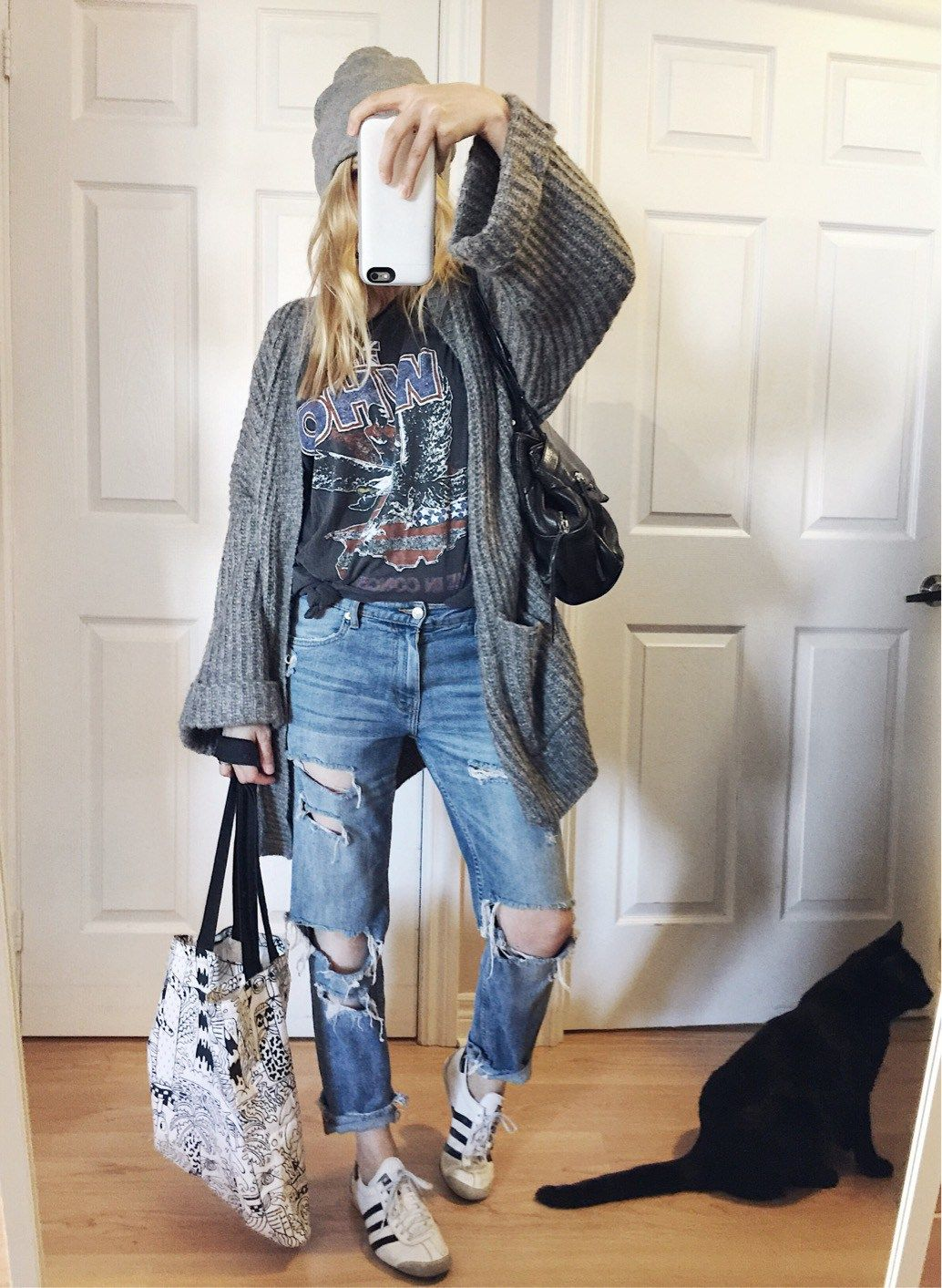 6812681d9c2 Grey Oversized knit cardigan+black band tee+boyfriend jeans+beanie+white  sneakers+printed tote bag. Fall Casual Outfit 2017