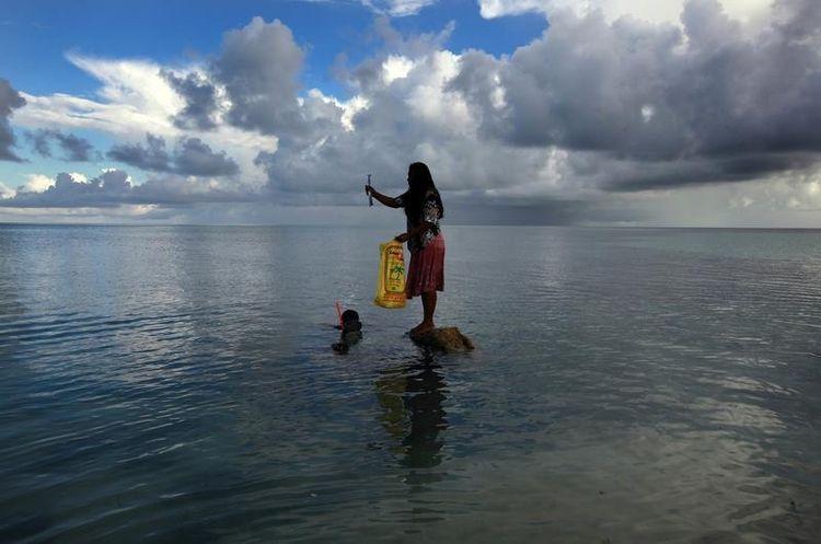 La montée des eaux menace directement l'archipel de Kiribati (ici en 2013), qui s'érode et s'enfonce petit à petit dans les eaux.