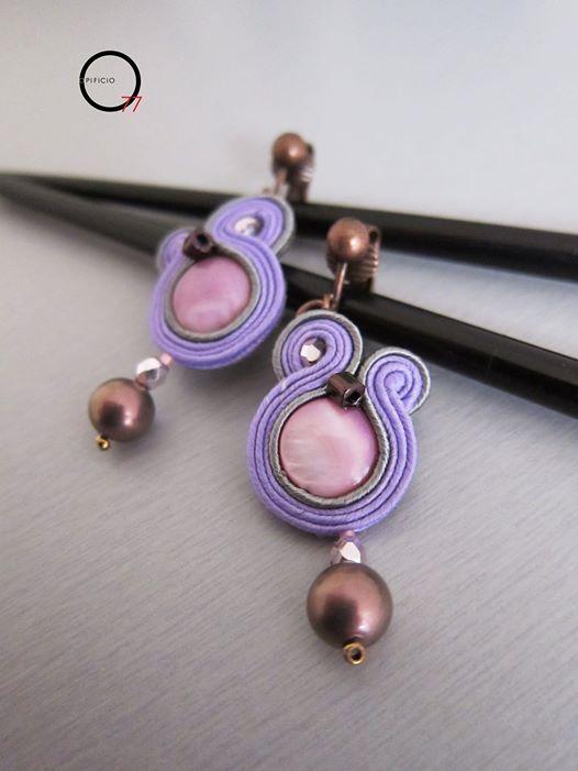 PICCOLI Orecchini soutaches color lavanda e grigio, madreperla colorata, cristalli e perla in vetro satin. Monachelle a clips. Opificio77