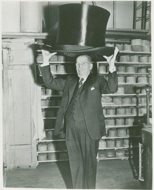 11dc221fee8 Max Fluegelman with world's largest top hat. New York World's Fair  (1939-1940). S)