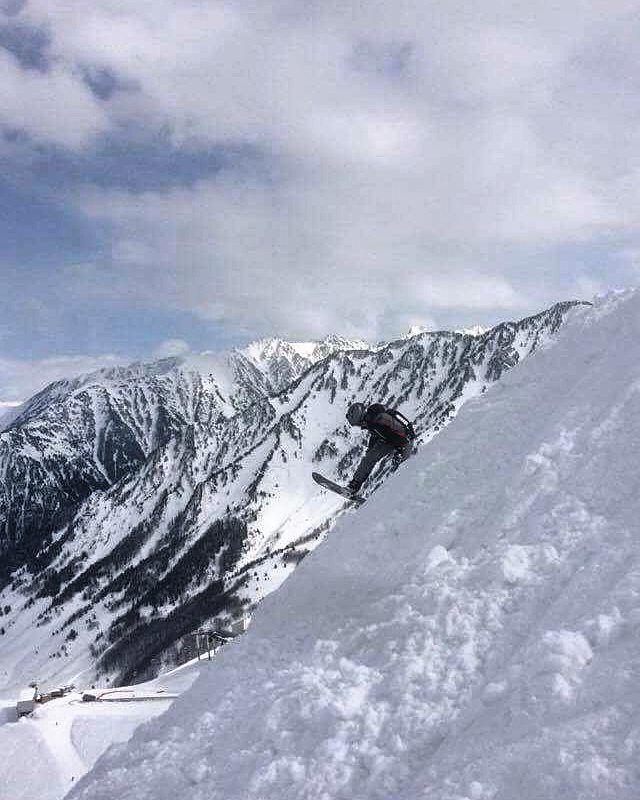 Il n'y a que les montagnes qui ne se rencontrent jamais. #cauterets #npyski #snow #horspiste by antoine.labl