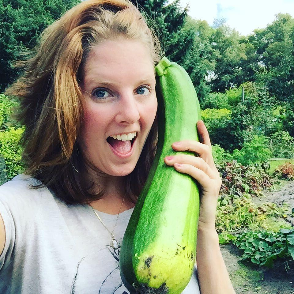 Hallo met wie? #huge #zucchini #courgette #moestuin #tuinieren #uiteigentuin #volkstuin #crazy #foodie #purefoodie #instafood #foodshare #foodstagram