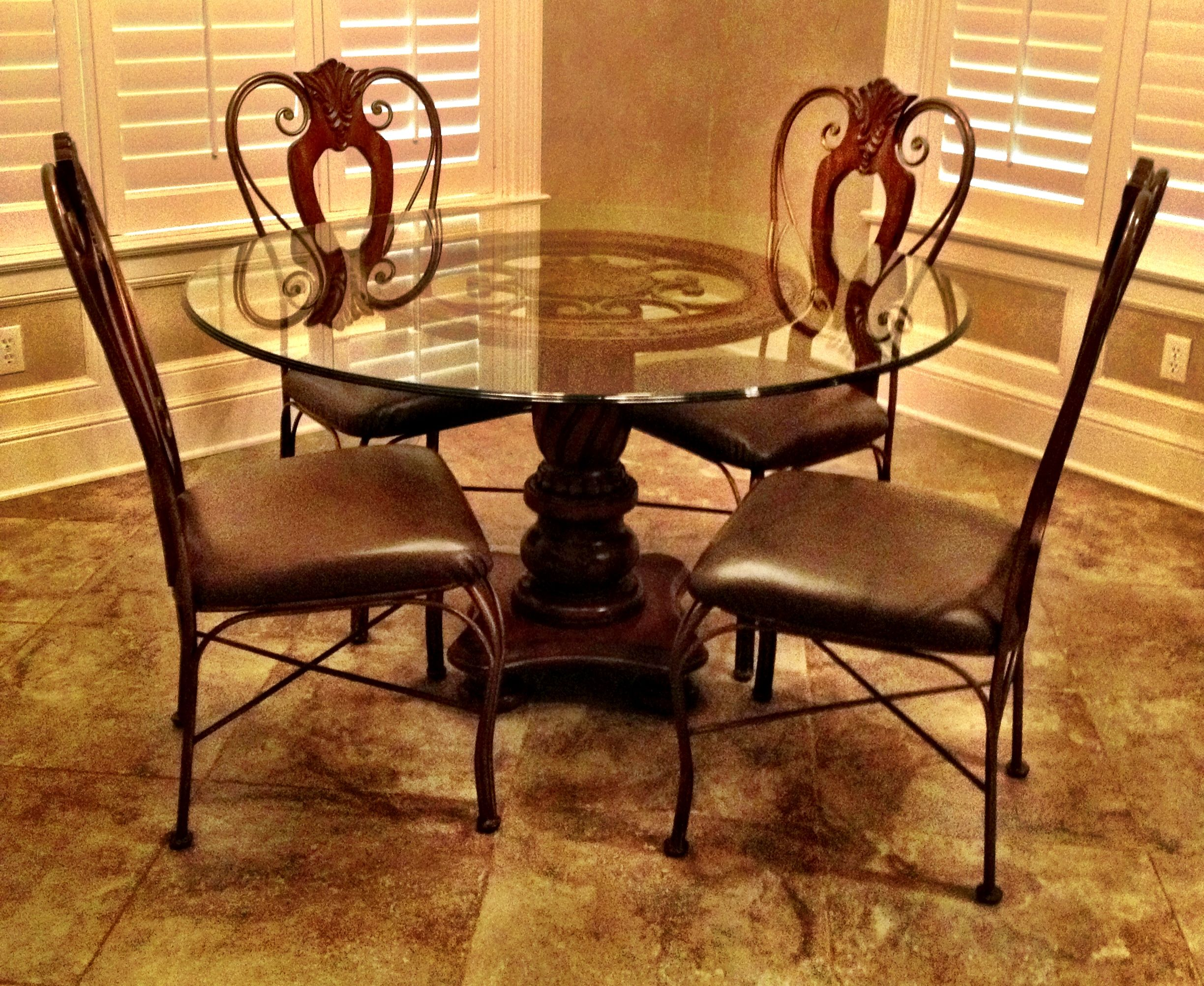 Very Beautifuland Elegant Glass Top Kitchen Table With 4 Chairs