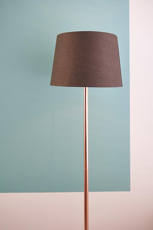 Chique Met Een Trendy Touch Dankzij De Koperen Standaard En Zwarte Kap Lampen Vloerlamp Lichtarmaturen