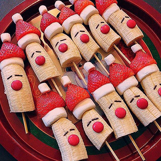 Santa Banana Fruit Skewers and other fun Christmas breakfast ideas. Must pin for…