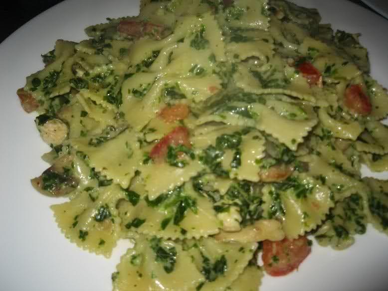 Recept voor pasta met kipfilet, spinazie en Boursin. Bak de kipfiletblokjes met wat zout en peper. Voeg knoflook, ui, paprika en champignons toe en bak even mee.