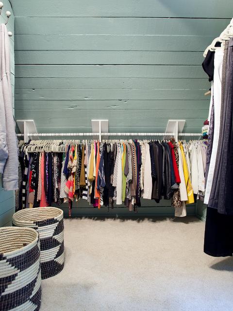 Rangement habits pour chambre mansard ranger pinterest chambre mansard - Rangement chambre mansardee ...
