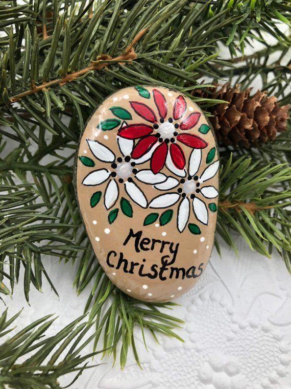 Dieser kleine Stein sagt frohe Weihnachten inmitten eines Sprühnebels roter und wei …   – Nova godina