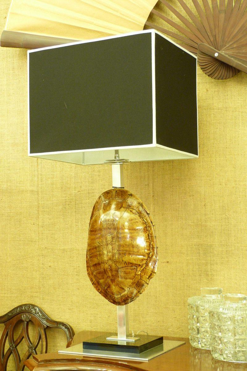 Lámpara diseño de Luciano Schmidt, con caparazón de tortuga, acero y acrílico negro, en Mayflower. www.mayflower.com.ar