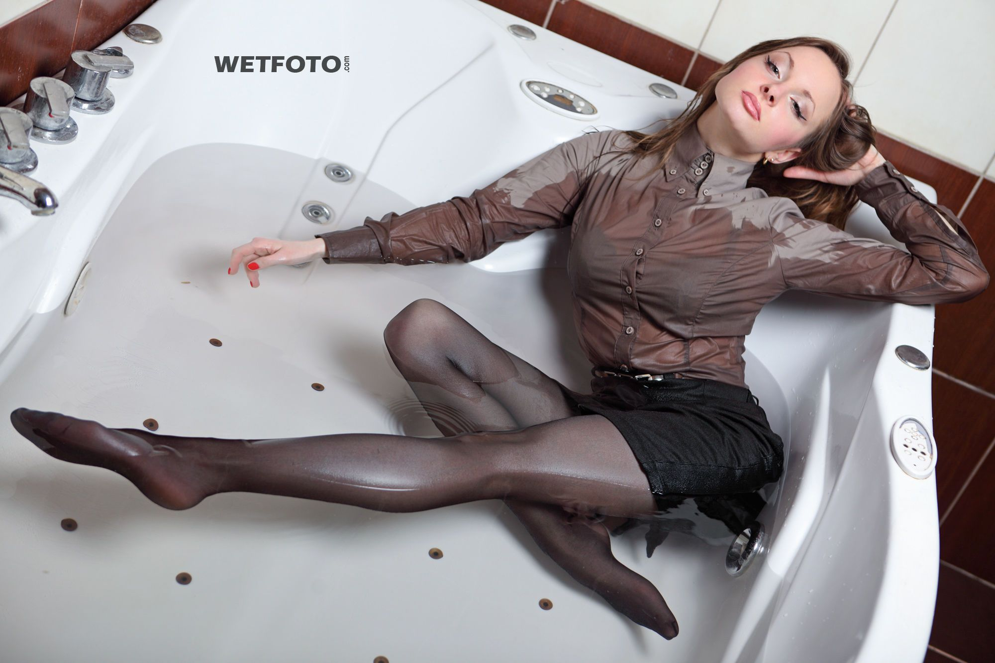 Девушка в колготках моется в ванной