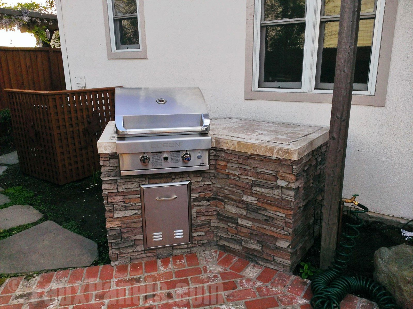 Your Outdoor Bbq Island Can Be Enhanced Easily With Faux Stacked Stone Panels Cuisine Exterieure Pergola Exterieur