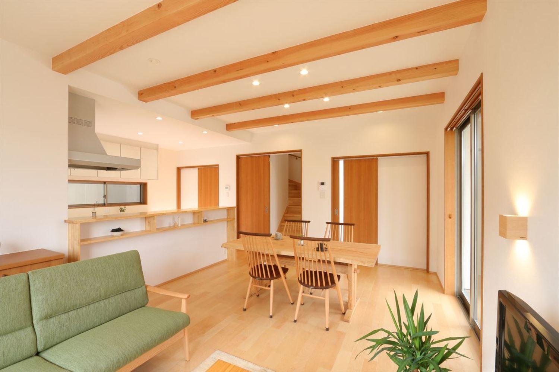 広い玄関ホールと和室のある家 注文住宅 リビング 梁 住宅