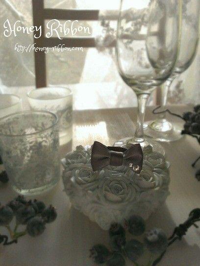 スワロフスキーが付いた、リボンの指輪です。高級リボンメーカーMOKUBA社のリボン使用。パーティーにもおススメ!フリーサイズ。■商品名:ハニーリボン■シリーズ...|ハンドメイド、手作り、手仕事品の通販・販売・購入ならCreema。