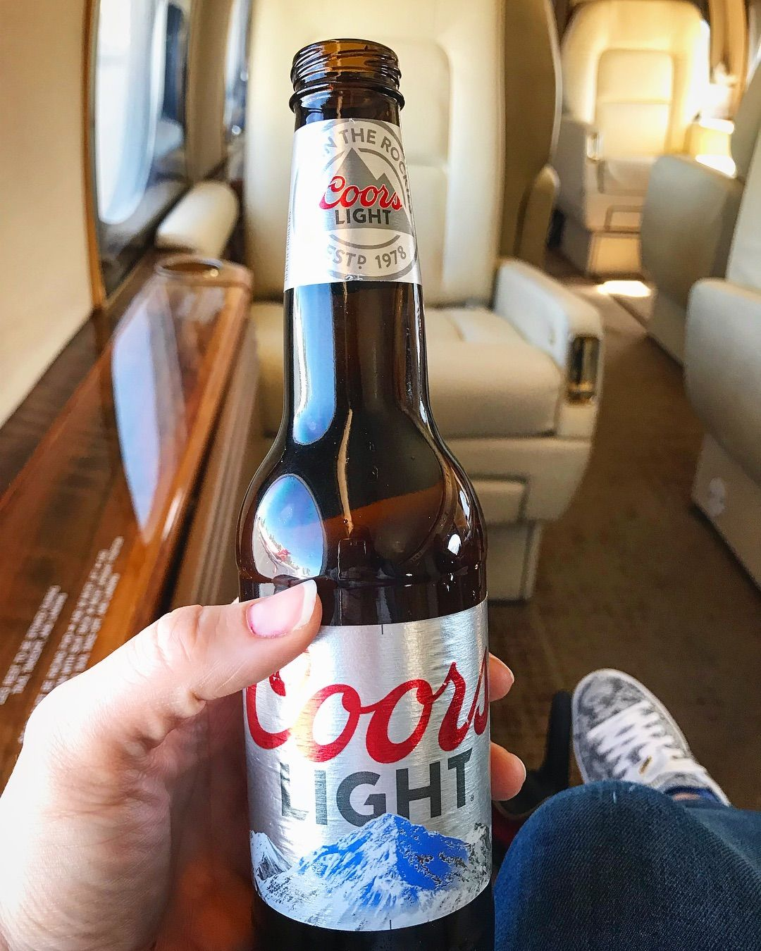 Private Jet Flights, but Coors Light in Hand. #chef #cheflife #getinmybelly #coorlight #privatejet #gulfstream #flylikeag6  #anotherdayanotherdollar #hawaiibound #oahu #beergirl #lavegas #lasvegasprivatechef
