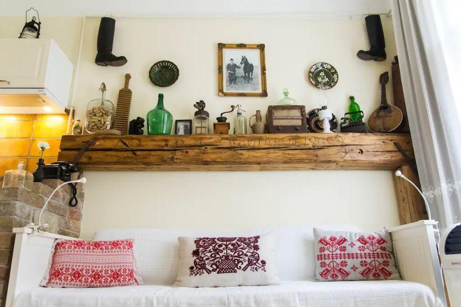 Feltalálók fala és magyaros lakberendezés a 35 m2 es Airbnb