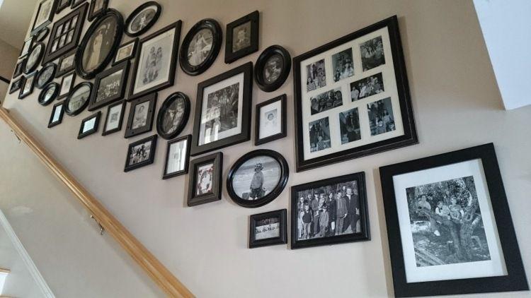 geschmackvolle bilderwand im treppenhaus gestalten deko ideen - Bilder Treppenhaus Gestalten