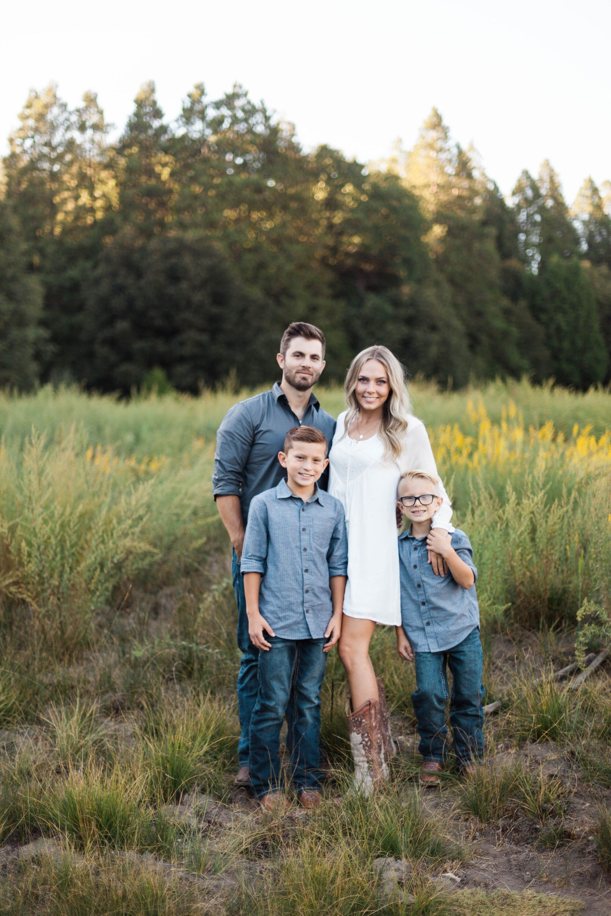 Cute family photos cute family pose ideas cute family family photos in field