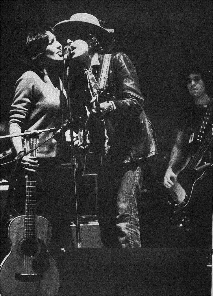 """Con esto quedaba mas que claro que Joan Baez le cantaba a su ex-novio, recordando con cariño los gratos momentos de esa relación amorosa a inicios de los 60's. """"Diamonds and Rust""""  además fue su mayor éxito como compositora. Esos pergaminos, más la historia que hay detrás de esta pieza, hacen que """"Diamonds & Rust"""" se convierta en una de las canciones mas apludidas de esta cantante que marcó la historia del folk y la canción de Protesta."""