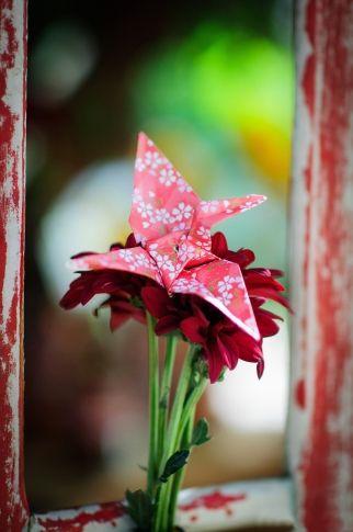 Detalhe da decoração: flores e origami.