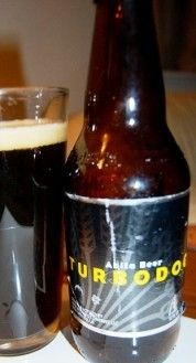 Cerveja Turbodog, estilo English Brown Ale, produzida por Abita Brewing Company, Estados Unidos. 6.1% ABV de álcool.