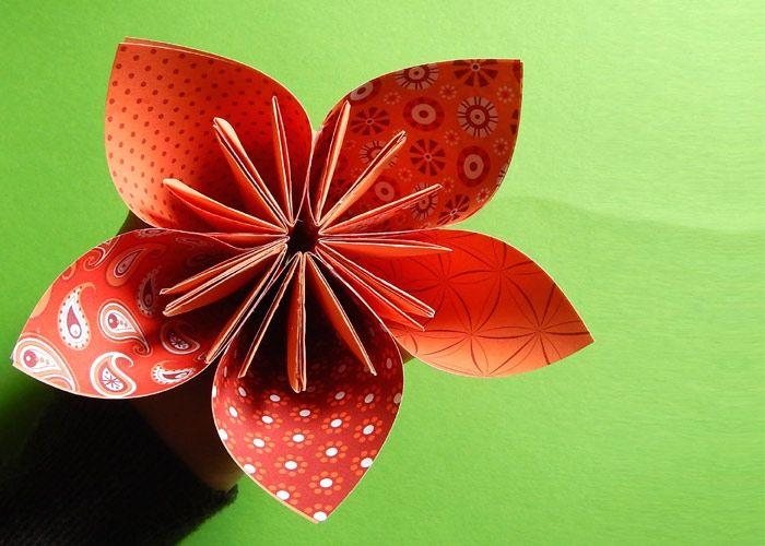 Papierblumen Basteln Fur Einen Strauss Voller Bunter Blumen Papierblumen Basteln Origami Anleitung Blume Blumen Falten