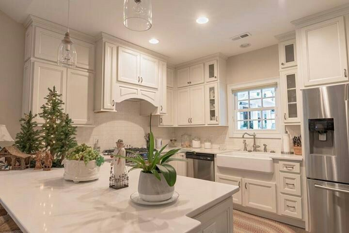 This Gorgeous Kitchen Is Homecrest Cabinets Laurent Maple French Vanilla Paint With Brownstone Gla Homecrest Cabinets Custom Kitchens Kitchen And Bath Showroom