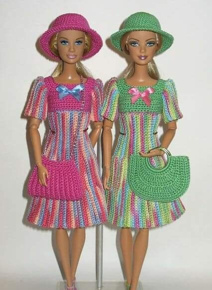 Achei estes vestidos lindos de bonecas no Facebook عالم الكروشية ...