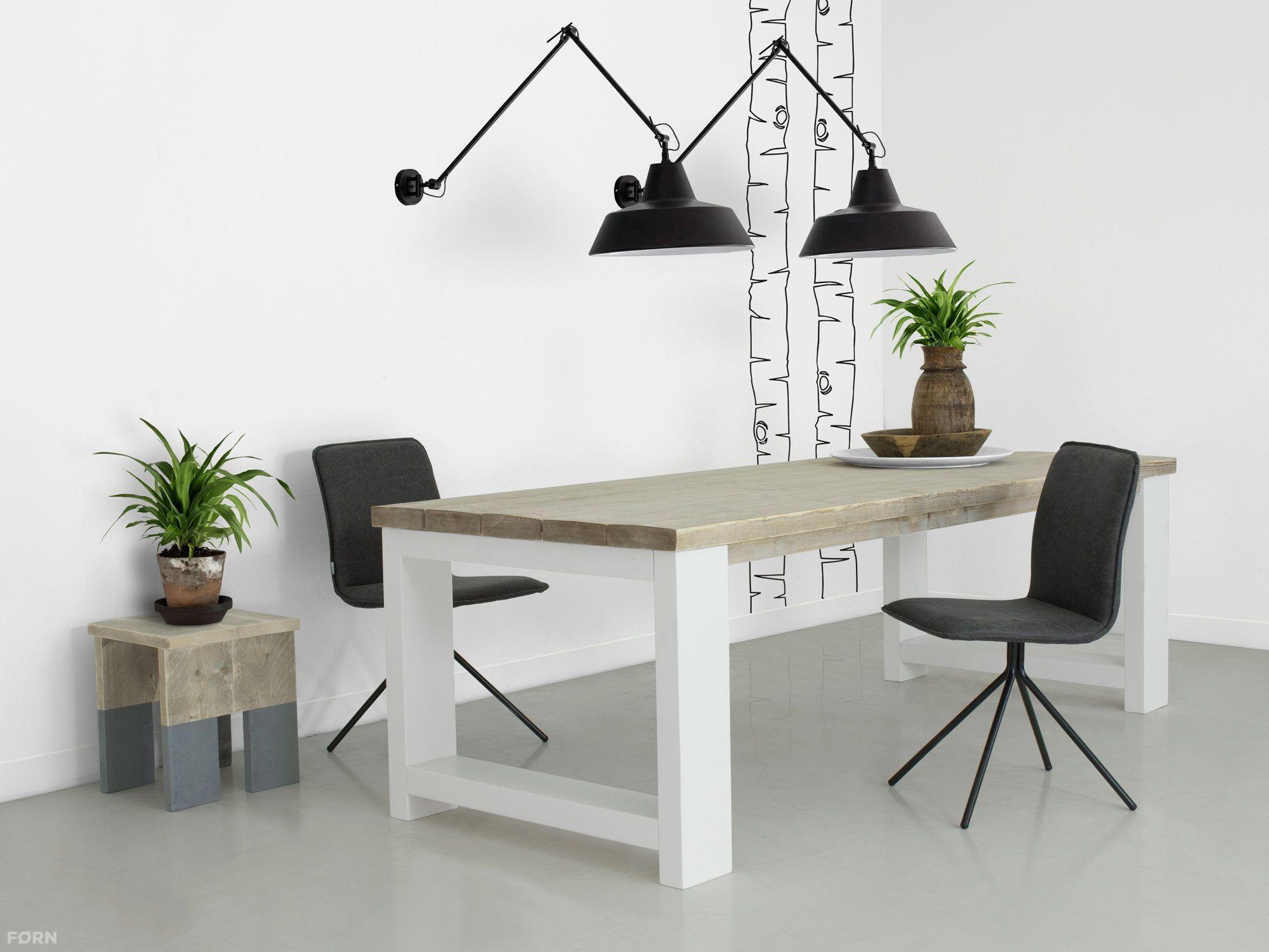 Deze steigerhouten tafel met dikke planken en wit onderstel past