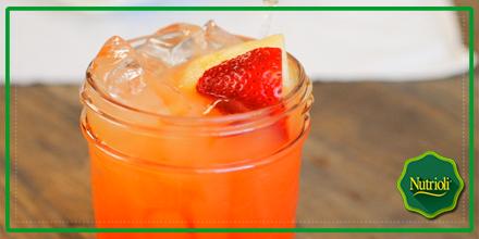Combina 10 fresas y el jugo de 6 naranjas para lograr un rico jugo con antioxidantes y fibra que limpiará tu cuerpo.